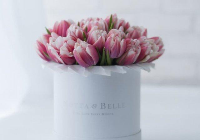 Букет цветов в коробке от шляп – стильно и креативно 2
